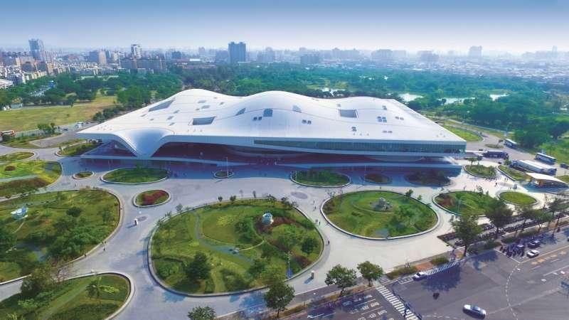 衛武營國家藝文中心以乳白波浪狀的屋頂曲線打造未來感的外觀,融入時下重要的生態意識,也強化了高雄海洋城市的定位。(圖/高雄市工務局提供)