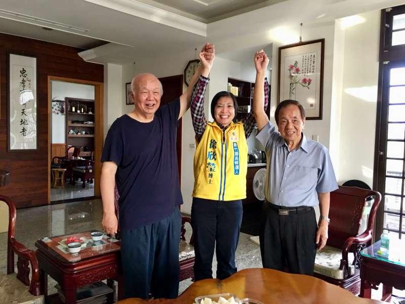 20181122-民進黨客家大老前縣長林光華(左)、與前縣長陳進興(右),共同拉起徐欣瑩的手,表態支持。(徐欣瑩競選辦公室)