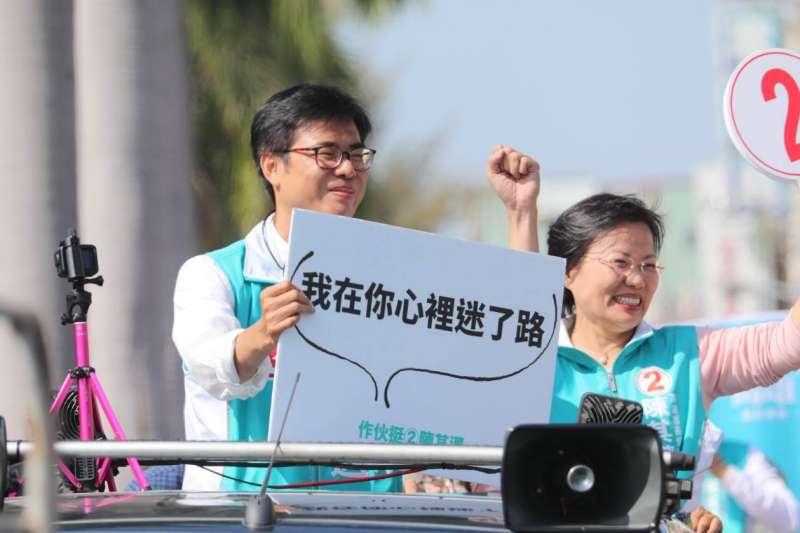 20181122_民進黨高雄市長候選人陳其邁(左)今掃街,舉出心中迷路牌子。(陳其邁辦公室提供)