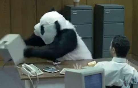因炎上而暴紅的熊貓廣告,後來成為流行的網路meme。(圖/想想論壇)