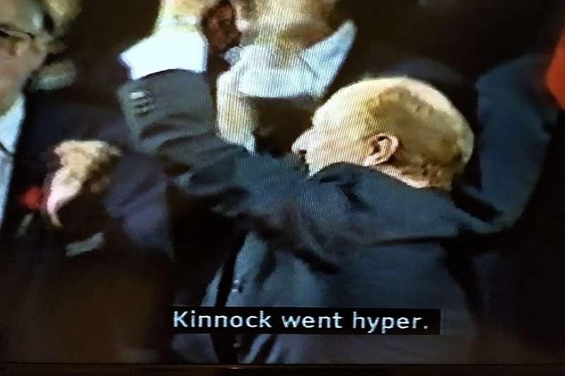 在造勢場合亢奮到幾近失態的工黨領袖金諾克。 (視頻截圖)