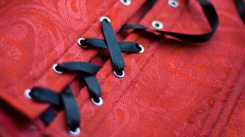 如果計劃要試穿衣服,就穿一些穿脫簡便的衣服。(圖/BBC中文網)