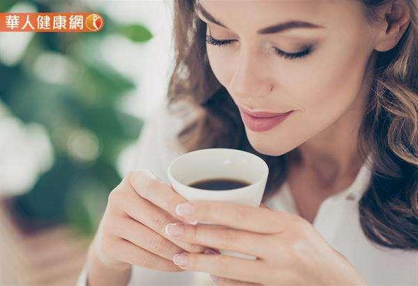 有研究指出,丙烯醯胺約在烘焙開始的1分鐘生成量最多,這也代表丙烯醯胺在「淺焙」豆的含量,會高於中焙與深焙的咖啡豆。(圖/華人健康網提供)