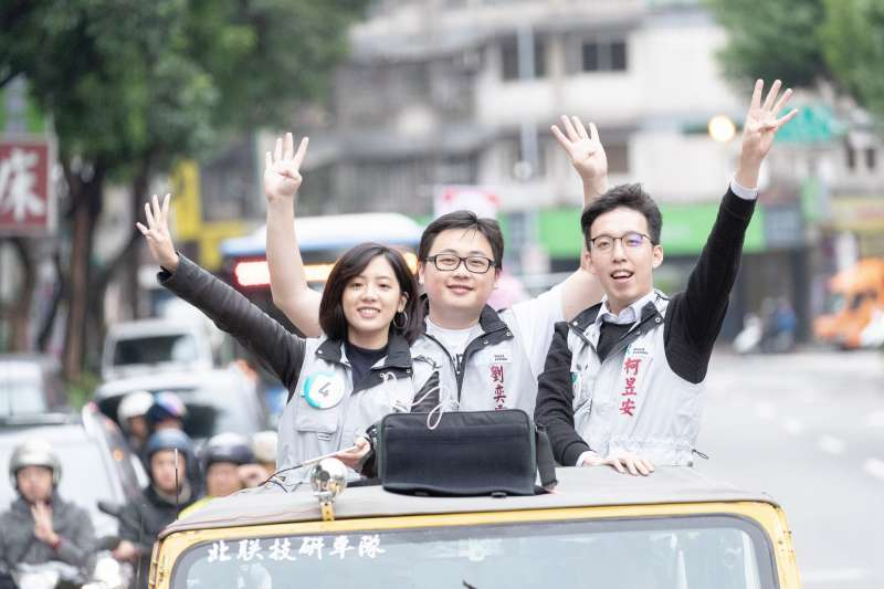 20181123-柯文哲身邊3位幕僚:黃瀞瑩(由左自右)、劉奕霆、柯昱安爆紅,在競選期間最後2天的車隊掃街,3人還站上同一台吉普車一起掃街,這3位紅人幕僚在某種程度上,也受到一定程度的重視。(取自柯文哲臉書)