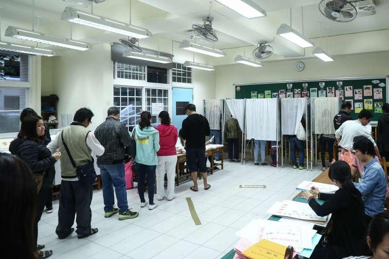 20181124-為解決超過時間還不能投票的問題,投票所多追加圈票處。(陳品佑攝)