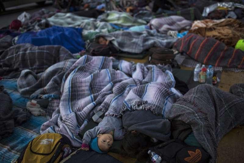 11月23日,許多中美洲移民睡在墨西哥提華納市的邊境通道(美聯社)