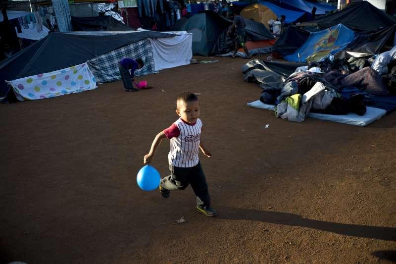 11月23日,中美洲移民兒童在墨西哥提華納市的庇護所玩耍(美聯社)