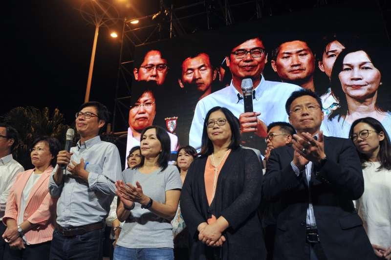 20181124-民進黨高雄市長候選人陳其邁(中)晚間9時宣布落選,並恭喜對手韓國瑜當選。(甘岱民攝)