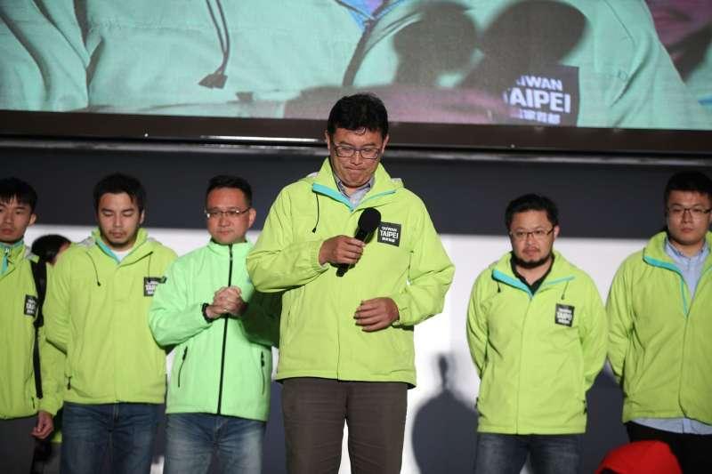 姚文智(中)上台向支持者鞠躬,並表示很抱歉,他讓大家失望了。(姚文智辦公室提供)