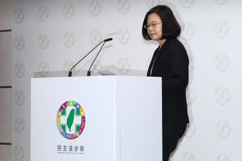 20181124-民進黨主席蔡英文與秘書長洪耀福發表選後感言。(蔡親傑攝)