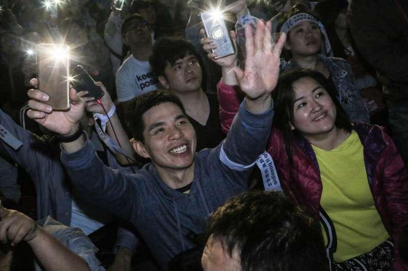 20181124-民眾齊聚四四南村等待柯文哲開票結果,並開啟手電筒搖擺象徵白色的力量。(簡必丞攝)