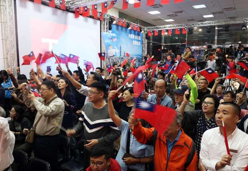 20181124-國民黨台北市長候選人丁守中競選總部開票支持群眾一景。(蘇仲泓攝)