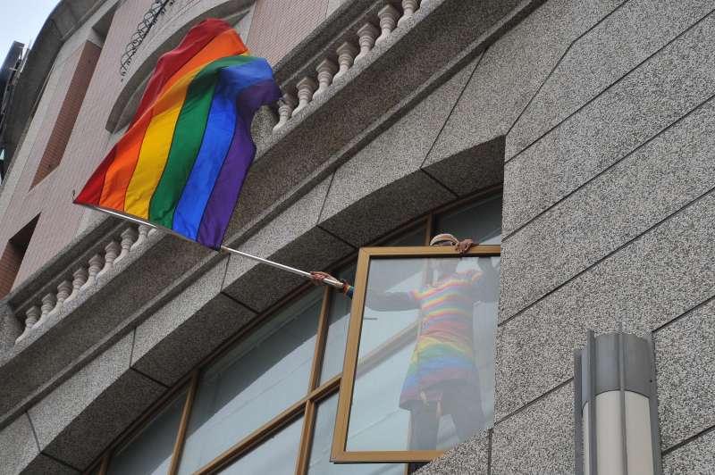 20181125-高雄同志大遊行,同運先驅祁家威站上高處揮舞彩虹旗。(甘岱民攝)
