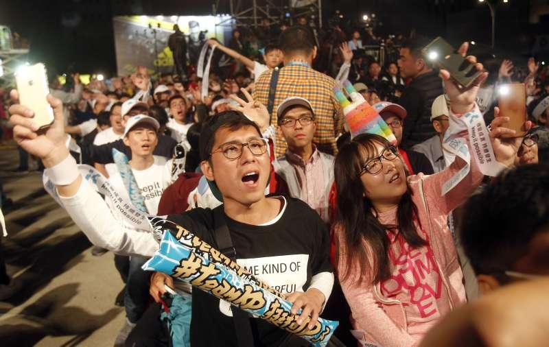 2018年11月24日台北市長選舉投票,25日凌晨開票結束,柯文哲宣布勝選,支持者歡欣鼓舞(AP)