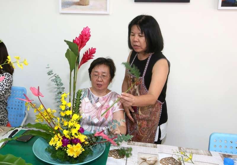 樂在花藝的王宜玲,將歐式花藝的美傳授給更多學生。(圖/柯承惠攝)