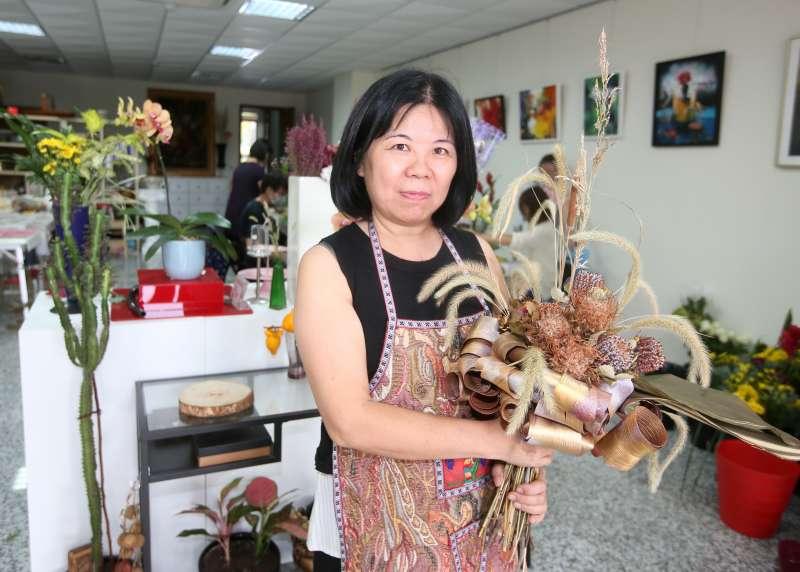 王宜玲不僅熟悉鮮花媒材,也運用歐式技法讓乾燥花的美持續綻放。(圖/柯承惠攝)
