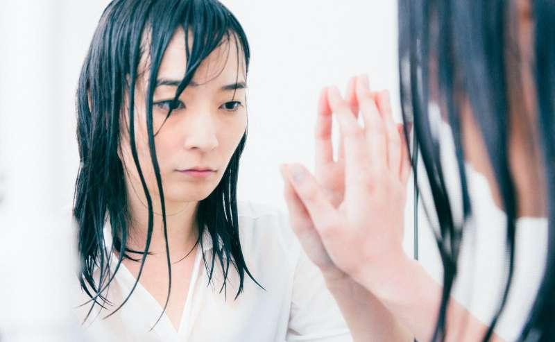 作者指出,我們的「自以為」把心裡的幻象,等同於真實情況。(圖/pakutaso)