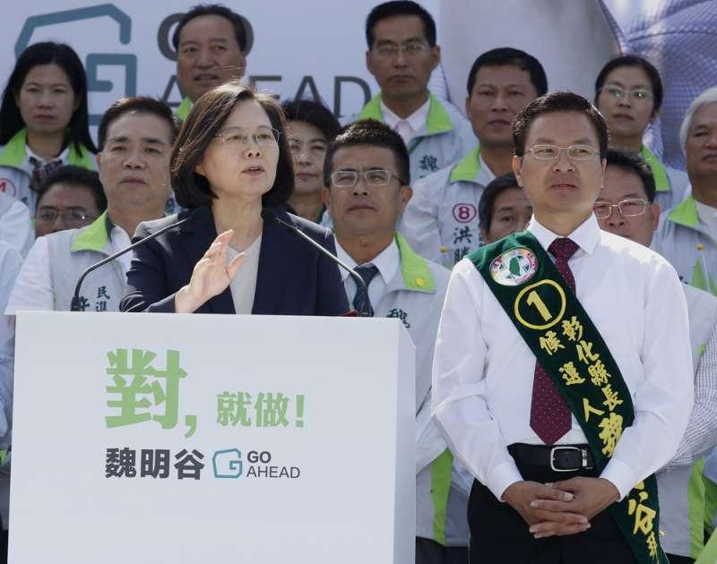 藍營高層認為蔡總統(左)為民進黨候選人站台引發了反效果。(郭晉瑋攝)