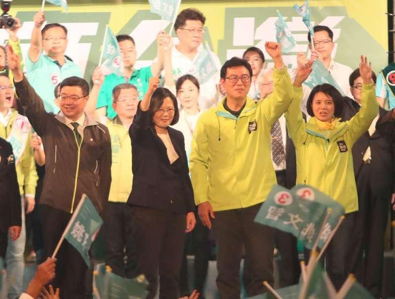 在深綠壓力下,蔡英文(右三)選前之夜仍幫姚文智(右二)站台。(柯承惠攝)