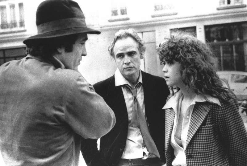貝托魯奇(左)與《巴黎最後探戈》的男女主角馬龍白蘭度及施奈德討論(美聯社)