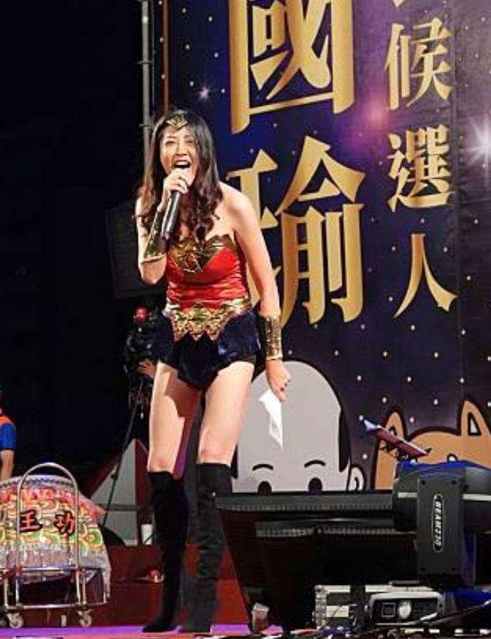 20181127-為幫國民黨高雄市長當選人韓國瑜輔選,立委許淑華在選前之夜扮成「神力女超人」當日她也在臉書直呼「今晚拼了」。 (取自許淑華臉書)
