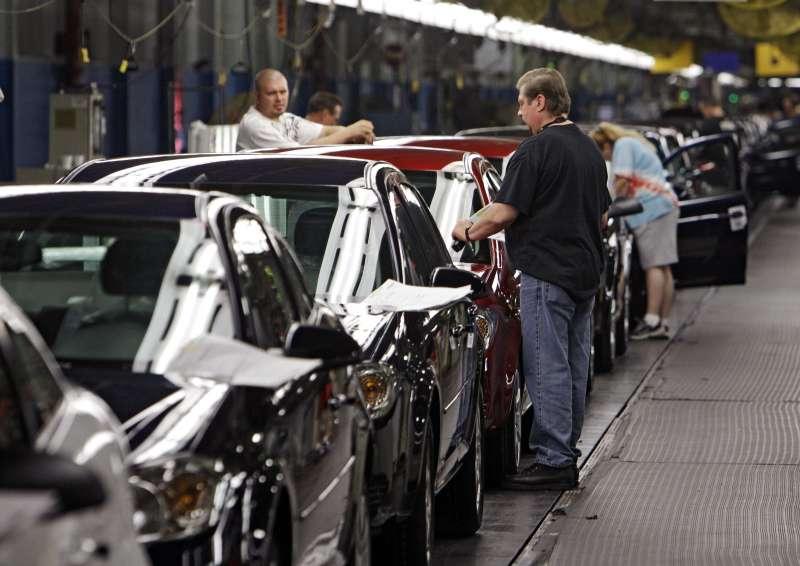 通用汽車在俄亥俄州洛茲敦工廠內的員工(美聯社)