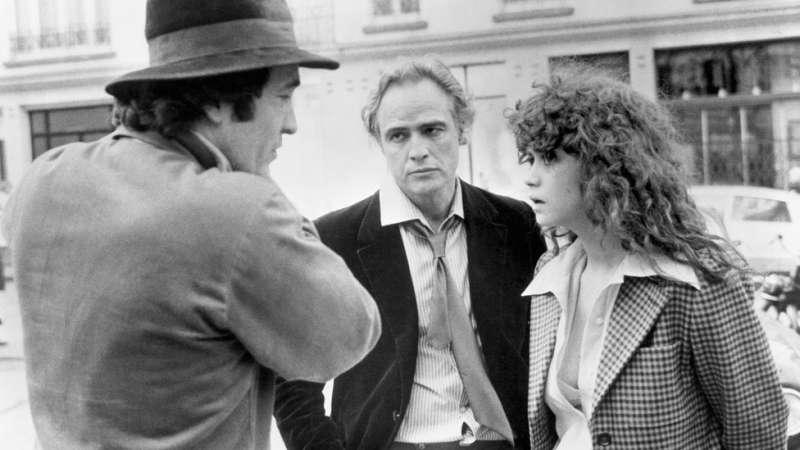 貝托魯奇(左)在《最後探戈》拍攝現場與白蘭度、施奈德說戲。(圖/BBC中文網)