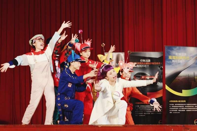 芳朵(右二)在舞台上展現平時練習的成果,將原本出現在國中理化課本的「聚合物」以有趣的實驗故事呈現在舞台劇中。(圖/風傳媒攝)