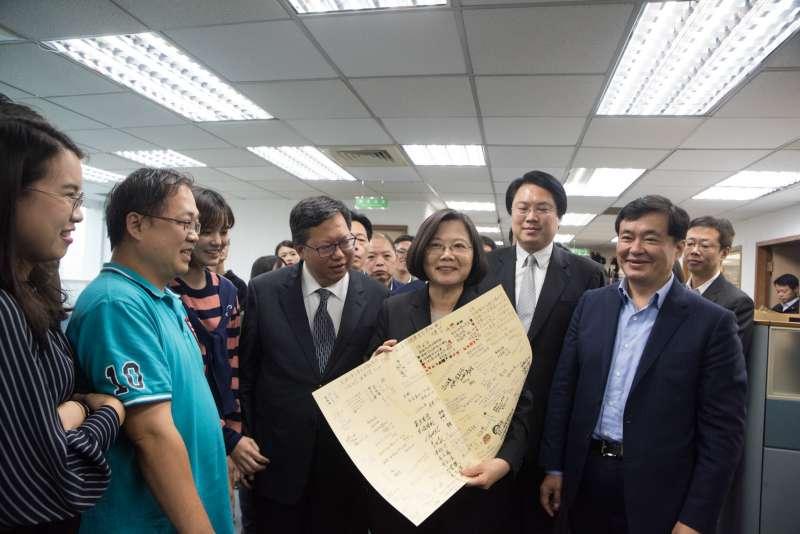 20181128-民進黨中常會前,總統蔡英文發表「給黨員的一封信」,黨工也送上卡片表達感謝。(民進黨中央提供)