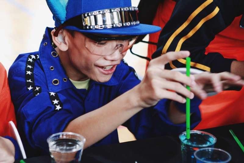 「喜瑞爾效應」一關,需讓圖釘與竹筷在水面上展開換位追逐賽,讓參加活動的同學驚喜連連。(圖/風傳媒攝)