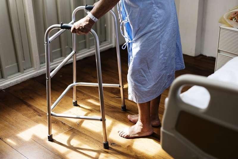 醫院病人一旦上下床跌倒,可能會延長住院天數、降低出院後活動力,更令人擔心的是併發症與後遺症(圖/rawpixel@Pixabay)