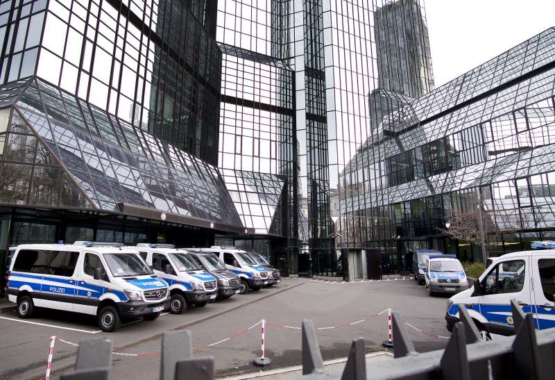 2018年11月29日,德國最大銀行「德意志銀行」法蘭克福總部遭到警方大舉突襲搜索。(AP)