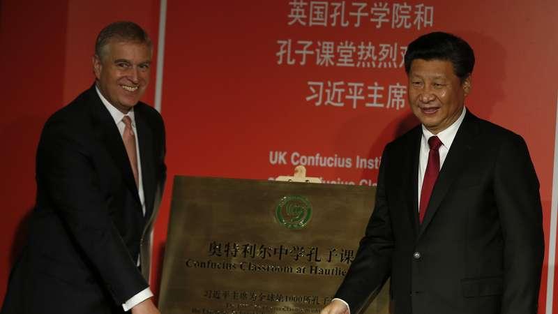 中國領導人習近平出席英國孔子學院的典禮儀式。(美聯社)