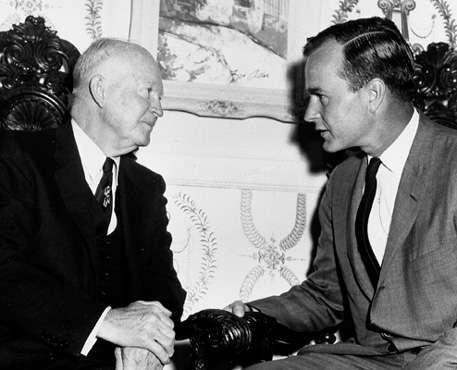 美國前總統艾森豪與年輕時的老布希,拍攝年份不詳。(wikipedia/Public Domain)