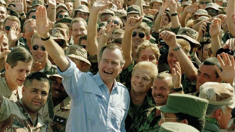 1990年11月12日,美國時任總統老布希與美軍在沙烏地阿拉伯達蘭空軍基地(美聯社)