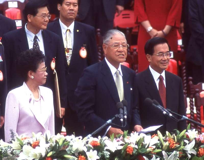 前排左起為呂秀蓮、前總統李登輝、陳水扁。(新新聞資料照)