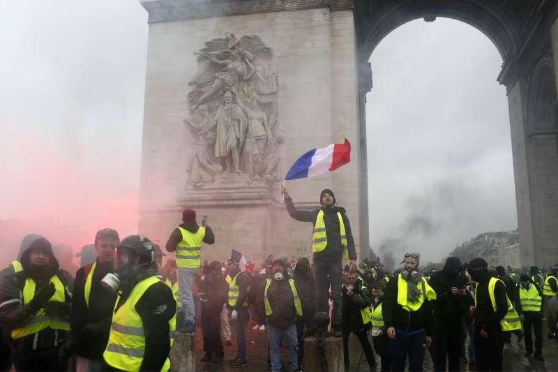 法國「黃背心」示威,巴黎爆發動亂(AP)