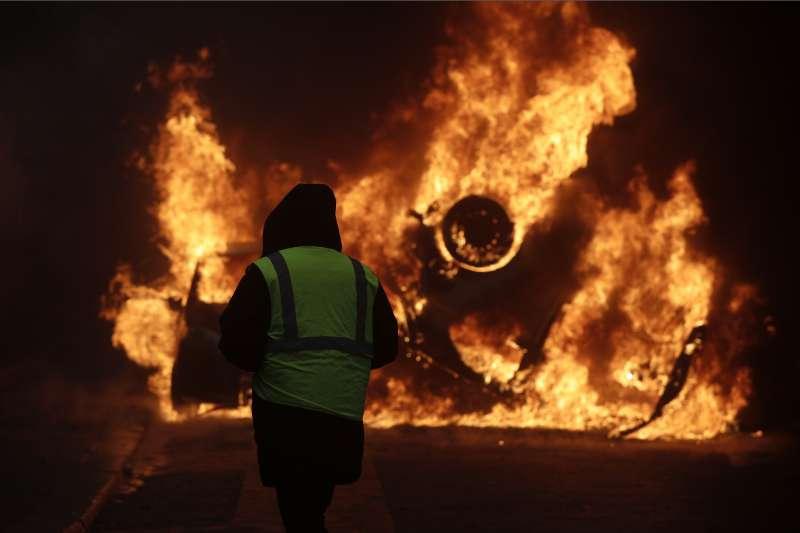 2018年11月,法國政府調高燃料稅引爆「黃背心」示威,延燒至12月初,巴黎也爆發動亂(AP)