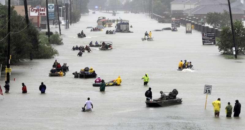 全球暖化造成極端氣候愈發頻繁。8月颶風哈維(Harvey)登陸美國德州,造成休士頓淹水。(美聯社)