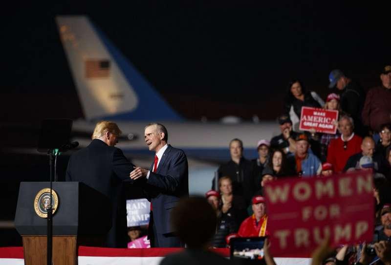 20181018-美國總統川普搭乘空軍一號前往蒙大拿州為共和黨參議院候選人羅森戴爾助陣。(AP)