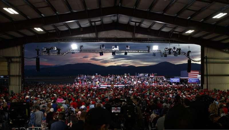 20181018-美國總統川普搭乘空軍一號前往蒙大拿州為共和黨期中選舉造勢。(AP)