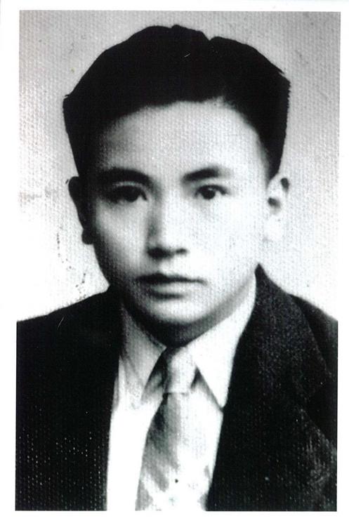 異端的勇氣:圖二:十七歲時的少年韋政通。(水牛出版社提供)