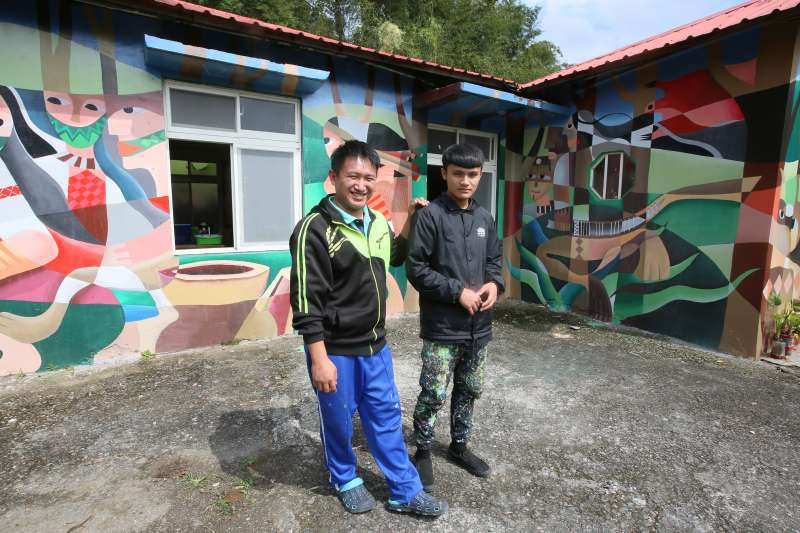 和繪畫班學生在工作室外合影,米路哈勇用繪畫傳承部落生活及價值。(圖/柯承惠攝)