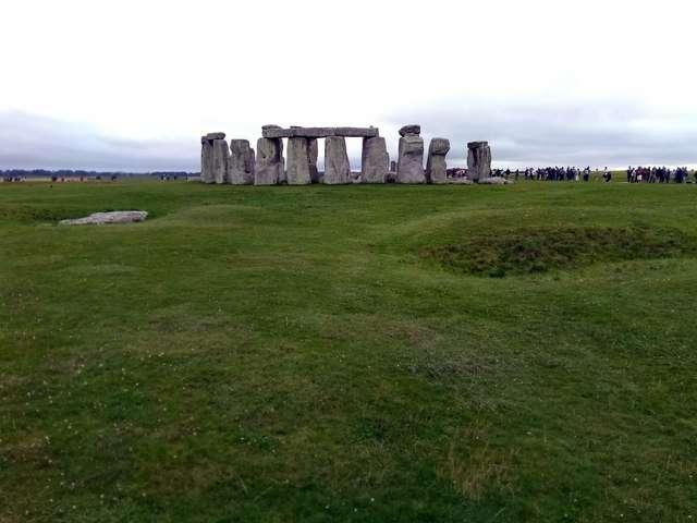 圍繞著巨石陣排隊遠觀的遊客(圖/網路截圖)