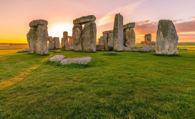 網路上,巨石陣傍著夕陽的壯麗之景(圖/網路截圖)