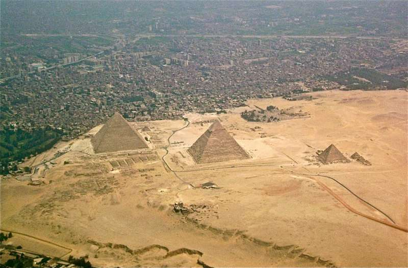 緊貼著都市的金字塔,濃濃的商業氣息,令人幻滅。(圖/網路截圖)