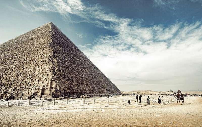 廣闊的藍天之下,莊嚴神秘的埃及金字塔。(圖/網路截圖)