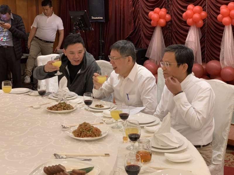 20181206_柯文哲(中)宴請北市議員,綠營洪健益(左)、友柯派陳政忠(右)出席。(讀者提供)