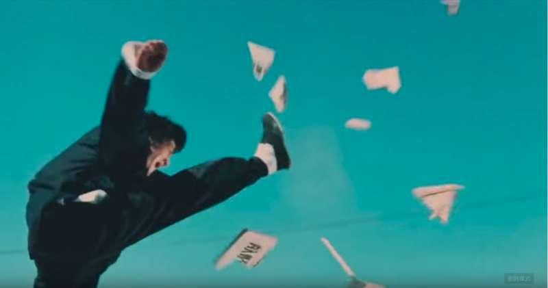 20181207-李小龍在《精武門》電影中一腳踢碎歧視華人的告示牌,中國觀眾看了無不拍手叫好。(圖/取自youtube)