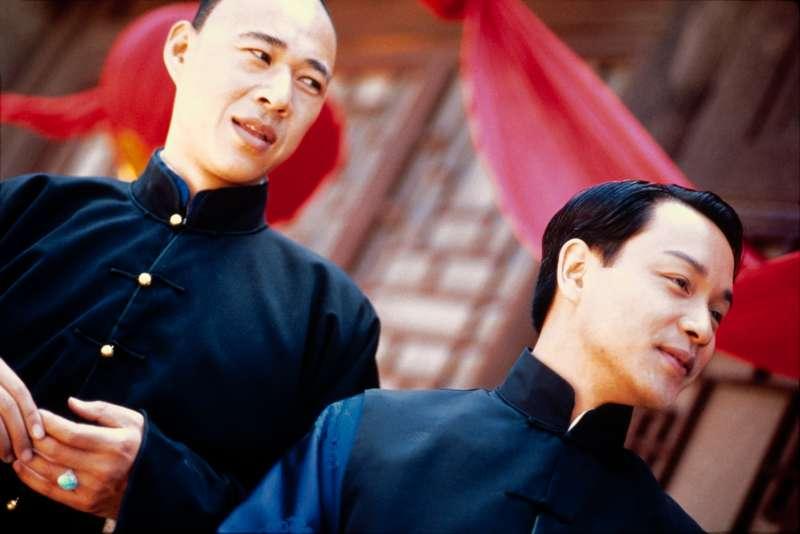 20181207-華語影史經典電影《霸王別姬》中一場張豐毅(左)和張國榮(右)一同挨罰的戲碼,為追求戲劇張力,張豐毅光著屁股上陣。(甲上娛樂提供)